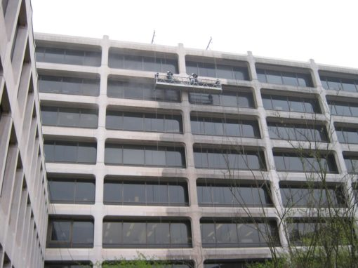 Gevelreiniging van een betonnen gebouw in Brussel