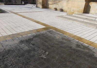 Nettoyage du sol devant l'abbaye d'Orval