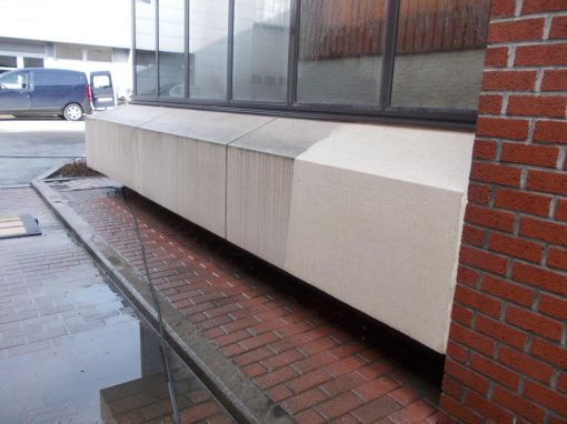 Reiniging van een gevel in beton van een gebouw in Charleroi