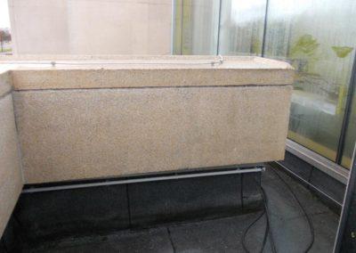 Nettoyage d'un mur de bâtiment en béton architectonique