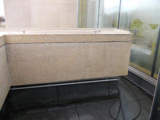 Reiniging van de muur van een gebouw in achitectonisch beton