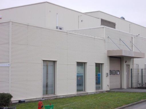 Reiniging metalen gevelbekleding van een industrieel gebouw